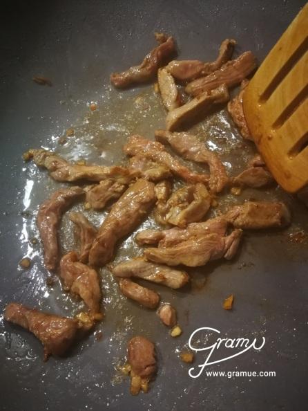 Fleisch portionsweise anbraten