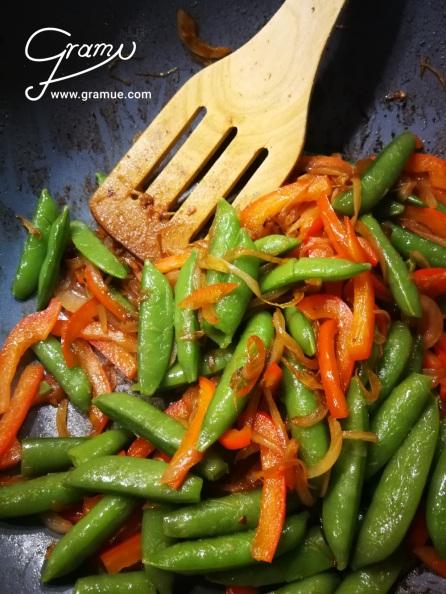 Gemüse im Wok anrösten