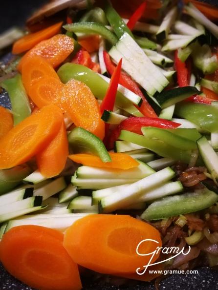 Gemüse schneiden und Karotten kurz blancieren