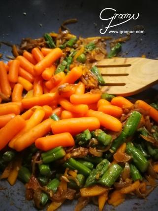 Spargel, Kürbis und Karotten im Wok