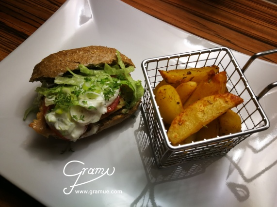 Chicken-Burger mit Potato Wedges alla Gramue